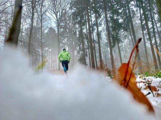 Nils im Test: Läufer im winterlichen Wald - Nils läuft