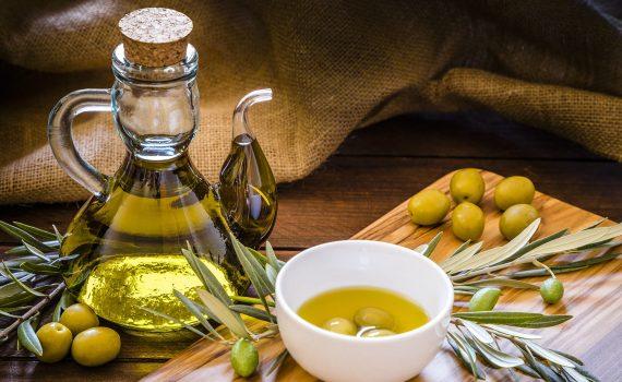 Vetro, plastica o metallo: in quale contenitore si conserva meglio l'olio d'oliva?