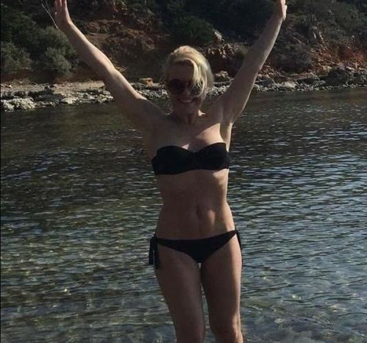 Βουλιαγμένη χθές! Ηθοποιός τολμά και κάνει το πρώτο της μπάνιο στη θάλασσα για το 2017 (ΦΩΤΟ)