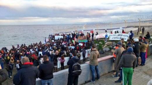 Un grupo de manifstantes reclaman justicia frente a la frontera del Tarajal en Ceuta. / @APDHA