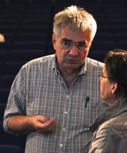 Nach der Veranstaltung bildeten sich viele kleine Diskussionsrunden. Hier: Prof. Joachim Mnich im Gespräch mit einer Besucherin. Foto: Astrid Blank