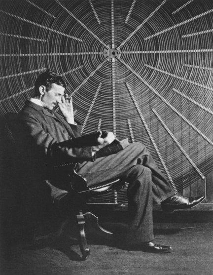 Tesla posando en su laboratorio