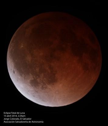 Durante el eclipse total de Luna nuestro satélite se observará de color rojo. Esto ocurre porque la atmósfera terrestre redirecciona los rayos solares dejando que solo los color rojo lleguen a la superficie de la Luna.