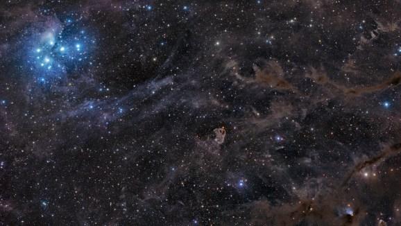 Fotografía del Telescopio Espacial Hubble a la zona cercana al cúmulo abierto las Pléyades o Siete Cabritas, en la constelación de Tauro. Imagen por NASA.