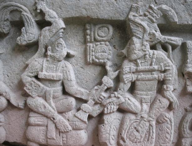 Altar Q en la ciudad maya de Copán, representa al gobernante Yax Kuk Mo entregando una insignia de poder al señor Yax Pac. Imagen por Jorge Colorado.