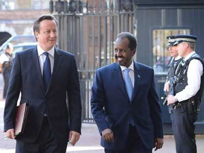 صورة توضيحية) رئيس الوزراء البريطاني مع الرئيس الصومالي حسن شيخ محمود في لندن في السابع من شهر أيار.