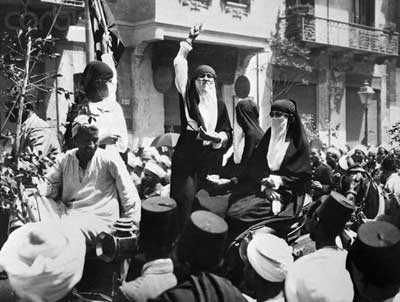 egyptian_women_speaking_on_patriotism_in_public_square_