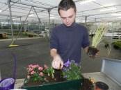Jerémy nous montrant ces talents artistiques en réalisation de jardinières