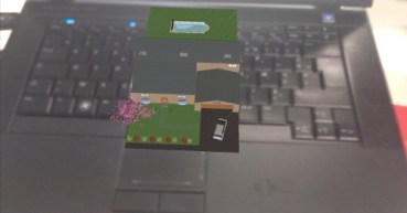 Le tracker est posé sur le clavier - le modèle suit le tracker.