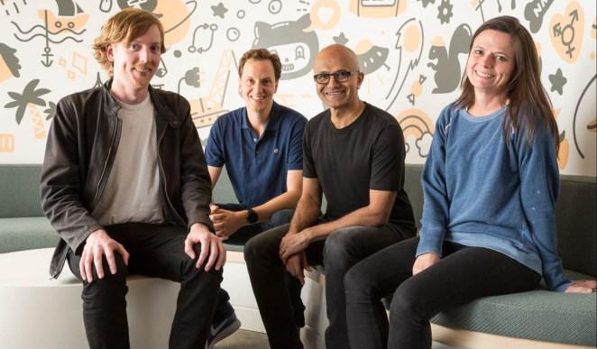 Satya Nadella sentada e posando com três pessoas, incluindo o CEO da GitHub