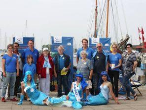Mit unseren Meerjungfrauen wollen wir auf das Problem von Plastikmüll im Meer aufmerksam machen. Unterstützt werden wir dabei von den Beltrettern, dem Aktionsbündnis gegen eine feste Fehmarnbeltquerung. - Foto: NABU/Volker Gehrmann