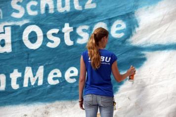 Das fünf mal acht Meter große Segel wurde mit dem Motto der Tour besprüht. - Foto: NABU/V. Gehrmann
