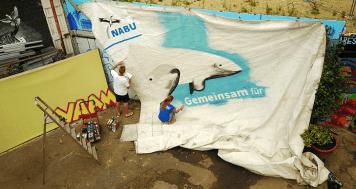 """Zwei Tage lang wurde das Segel der """"Ryvar"""" besprüht - Foto: NABU/V. Gehrmann"""