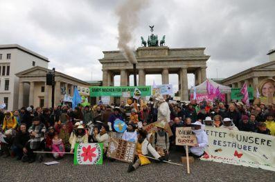 Rund 1000 Leute versammelten sich vorm Brandenburger Tor und forderten eine bienenfreundliche Agrarpolitik. (Foto: Tim Ehlich)