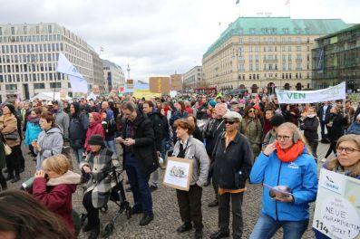 Rund 1000 Leute versammelten sich auf dem Pariser Platz (vorm Brandenburger Tor) und forderten eine bienenfreundliche Agrarpolitik. (Foto: Tim Ehlich)
