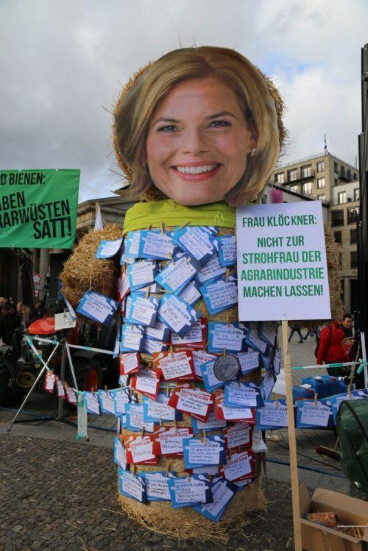 Die überdimensionale Stroh-Skulptur, bedeckt mit zahlreichen Botschaften für die Bundeslandwirtschaftsministerin. (Foto: Tim Ehlich)