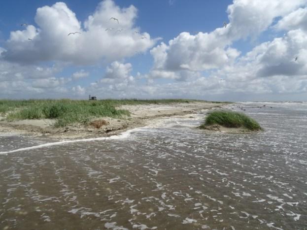 Die Flut reichte in vielen Bereichen bis an die Düne heran.