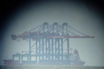 """Die """"ZHEN HUA 20"""" mit Hafenkränen für den Hamburger Hafen"""