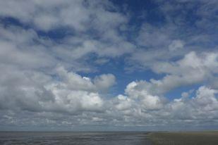 Haufenwolken über Watt (Foto: Tore J. Mayland-Quellhorst).