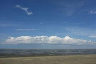 Wolke zieht übers Watt (Foto: Tore J. Mayland-Quellhorst).