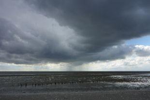Ein Regenschauer zieht über das Watt (Foto: Tore J. Mayland-Quellhorst).