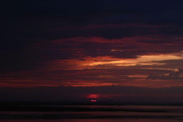 Sonnenaufgang über Büsum (Foto: Tore J. Mayland-Quellhorst).
