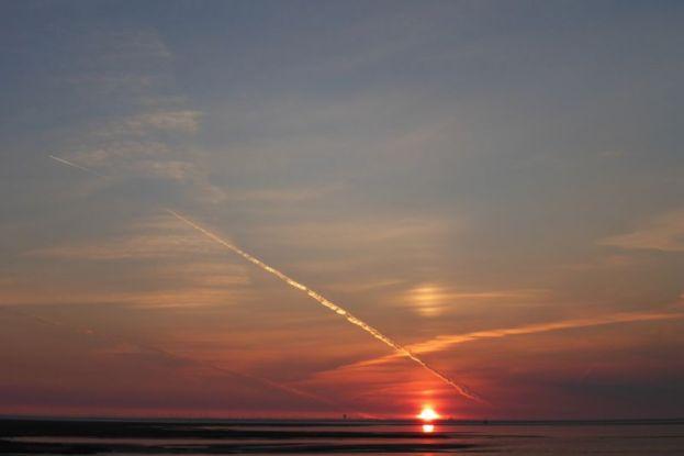 Sonnenaufgang mit Kondensstreifen (Foto: Tore J. Mayland-Quellhorst).