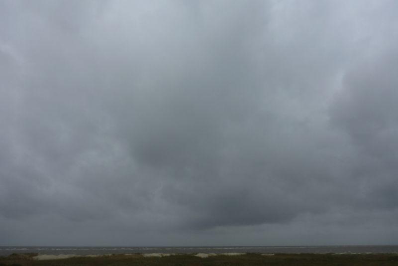 Tiefhängende, graue Wolken werden Regen bringen (Foto: Tore J. Mayland-Quellhorst).