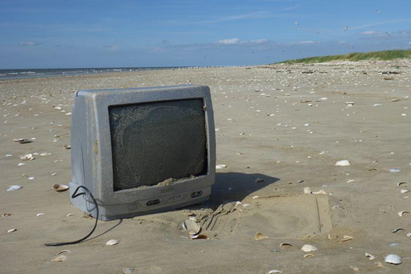 Vielleicht wollen die Vögel auch mal in die Ferne sehen? Fernseher am Strand von Trischen (Foto: Tore J. Mayland-Quellhorst).