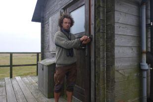 Nun ist die Hütte winterfest: Läden vor den Fenstern und Tür verriegelt (Foto: Tore J. Mayland-Quellhorst).