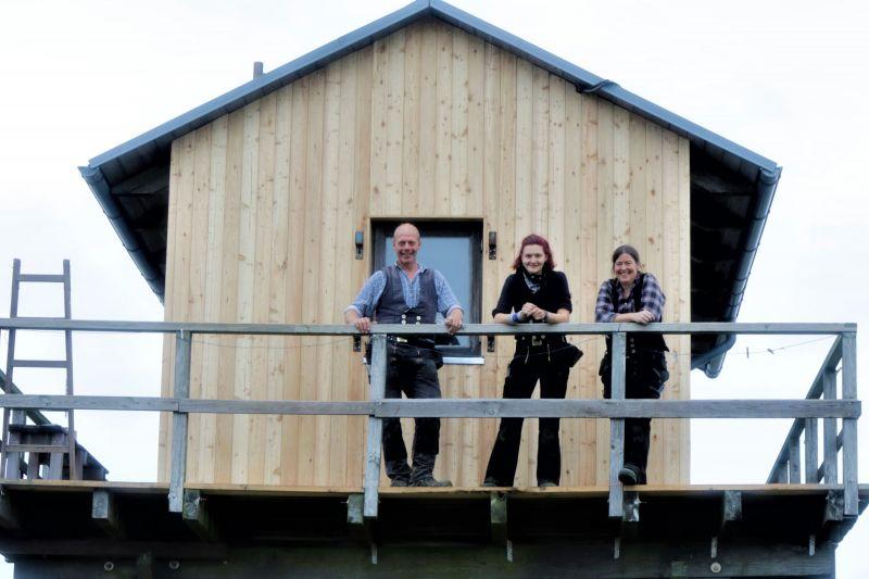 Peter, Rosa und Maren vor der fertigen neuen Westwand (Foto: A. de Walmont)