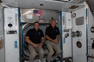 Se muestra a los astronautas de la NASA Bob Behnken, a la izquierda, y Doug Hurley, que acaban de ingresar a la Estación Espacial Internacional el 31 de mayo de 2020, poco después de llegar a bordo de la nave espacial SpaceX Crew Dragon.