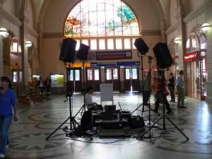 Klanginstallation, lichtdurchflutete Bahnhofshalle