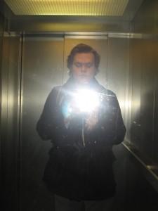 """Der Berichterstatter im hauseigenen Fahrstuhl (in Frankfurt/M): """"Doch noch sicher nach Hause gekommen..."""""""