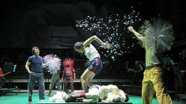 "Szene aus der Kinski-Oper ""Sweat of the Sun"" im Theater Osnabrück. (Foto: Jörg Landsberg)"