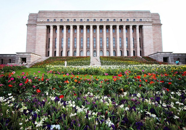 The massive stairs in front of the colossal Finnish parliament house have been invaded by 60.000 flowers for one week as an installation by artist Kaisa Salmi. Image by Miemo Penttinen (Flickr). miemo.net