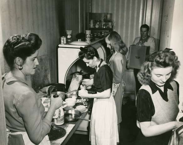 Communal_kitchen_Feb_1946_AC112_Box_MP166_Image_4078