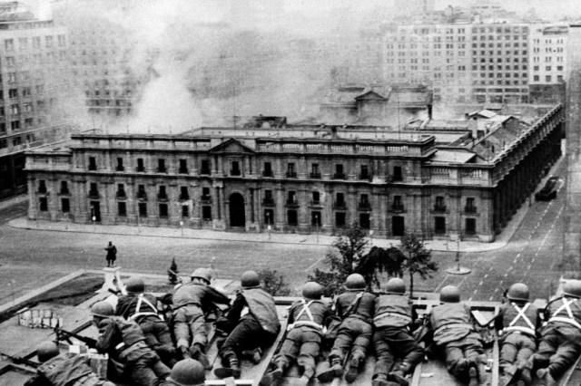 Soldados en un tejado frente al Palacio de la Moneda, la sede del Gobierno, de Santiago de Chile, el 11 de septiembre de 1973. AFP