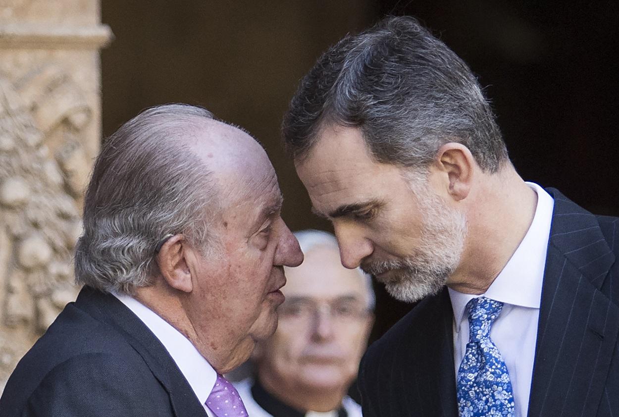 Imagen de abril de 2018 de Felipe VI con su padre Juan Carlos I, tras la tradicional misa de Resurección en la Catedra de Palma de Mallorca. AFP/Jaime Reina