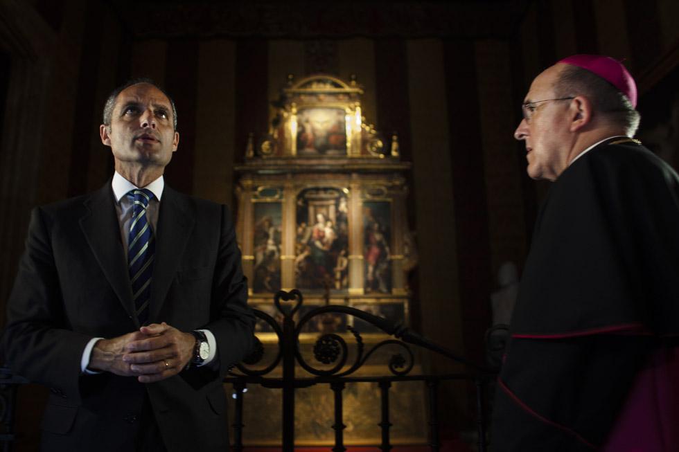 El president de la Generalitat, Francisco Camps, junto al arzobispo de Valencia, Carlos Osoro, en la capilla del Palau de la Generalitat. (05/05/2009)