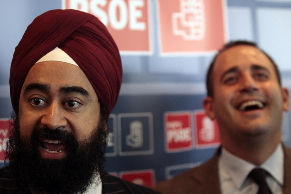 Ravi Singh, en la campaña electoral de Obama con el secretario general de los socialistas Jorge Alarte. / El País/Santiago Carregui