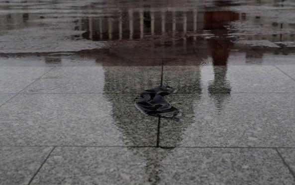 Una mascarilla abandonada en el suelo, cerca del Capitolio, en Washington. REUTERS/Leah Millis