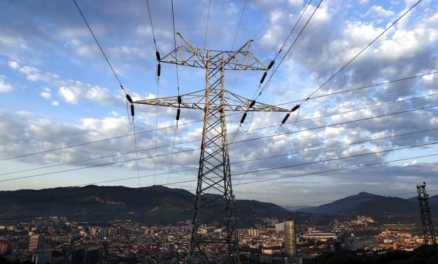 Una torre de transporte de energía perteneciente a red eléctrica, con la ciudad de Bilbao al fondo. EFE/LUIS TEJIDO