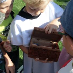Ritter Jonas hat die Burg erobert und einen Schatz entdeckt.