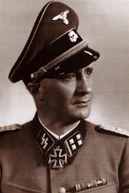 Ο συνταγματάρχης Καρλ Σύμερς, διοικητής του 7ου συντάγματος των SS. Ευθύνεται για τα ολοκαυτώματα Ερμακιάς, Πύργων, Κλεισούρας και Διστόμου (http://en.wikipedia.org/wiki/Karl_Sch%C3%BCmers)
