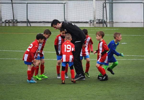 Kinder beim Fußballtraining auf einem Feld