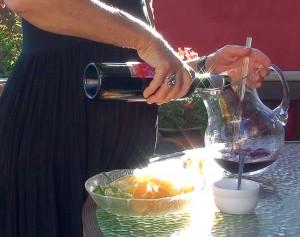 pouring the vino tinto into the jarra