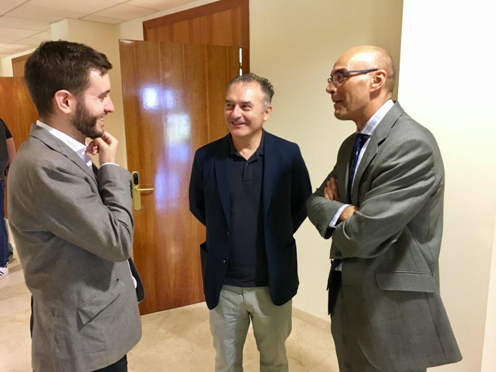 Vicente Ferrer con el Decano de Comunicación UCJC Jorge Santiago y con el profesor David Jiménez