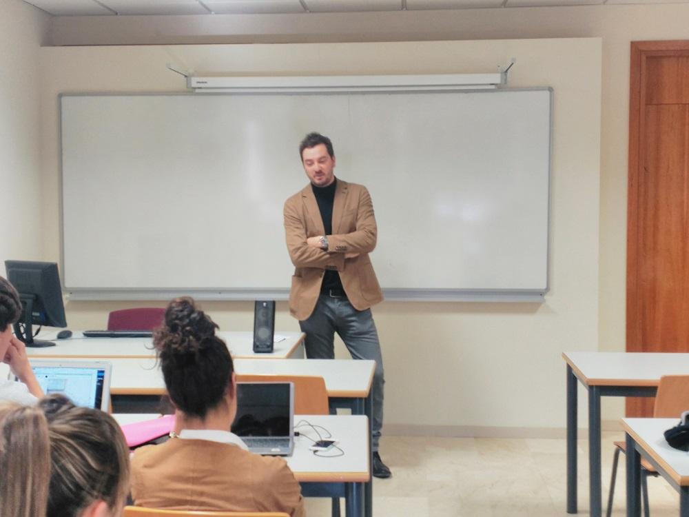 Jorge Bustos durante su charla en la Universidad Camilo José Cela