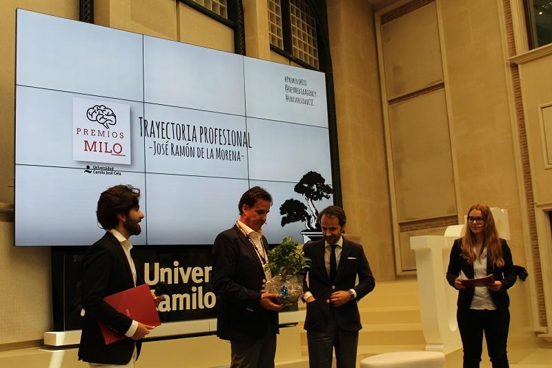 José Ramón de la Morena recoge su premio entregado por el Rector de la UCJC, Samuel Martín-Barbero
